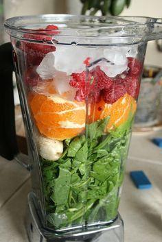 Almoço batido: um maço de espinafre orgânico (galhos e tudo), 4 laranjas inteiras descascadas, 1 xícara de framboesas, 1/2 xícara de gelo, duas bananas e cerca de 1/3 de xícara de suco de frutas (purê de manga é impressionante) ou água. Bater tudo no liquidificador por um minuto.