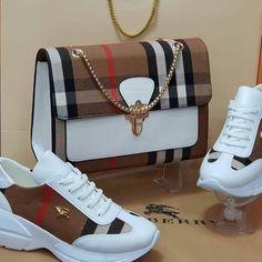 Bolso y zapatos combinados. Bolso y zapatos combinados. Bolso y zapatos combinados. Fashion Handbags, Purses And Handbags, Fashion Bags, Gucci Fashion, Burberry Handbags, Burberry Bags, Bowling Bags, Louis Vuitton Shoes, Gucci Shoes