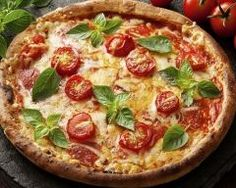 Pizza au fromage, tomates cerise et origan