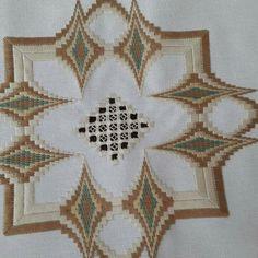 Neşe'nin gözdeleri Broderie Bargello, Swedish Weaving, Hand Embroidery Stitches, Stitch Design, One Design, Handicraft, Blackwork, Needlepoint, Cross Stitch Patterns