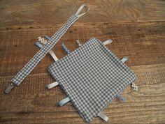 Labeldoekje: Een zacht knuffeldoekje met verschillende lintjes eraan. 1 kant is katoen en de andere kant van zacht fleece stof.   Deze doekjes zijn goed voor de motoriek en de kleintjes kunnen zich er uren mee vermaken.   € 5.00 incl. stof naar keuze en verschillende lintjes.