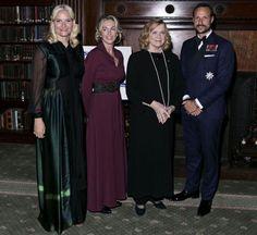 mars 2016 Kronprinsessen møtte blant annet Anita Krohn Traaseth og Liv Ullmann på gallaen. Foto: NTB Scanpix