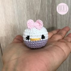 Hola!!!! Hoy os traigo un patrón amigurumi exprés súper sencillito y que tenía muchas ganas de hacer: una mini Daisy Duck , perfecta pa...