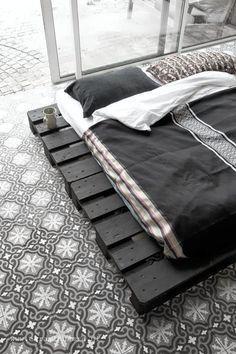 home, my paradise (style) Patterned floor tiles and black palette bed. Photo via El Ramla Hamra.Patterned floor tiles and black palette bed. Photo via El Ramla Hamra. Pallet Bedframe, Diy Pallet Bed, Bed Frame Pallet, Bed Frame Design, Diy Bed Frame, Bed Frames, Easy Frame, Diy Bett, Deco Design
