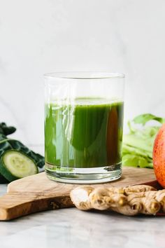 Green juice is a refreshing and healthy drink that's an easy immune booster! Beet Smoothie, Best Green Smoothie, Turmeric Smoothie, Turmeric Tea, Green Smoothies, Best Green Juice Recipe, Green Juice Recipes, Healthy Drinks, Healthy Recipes