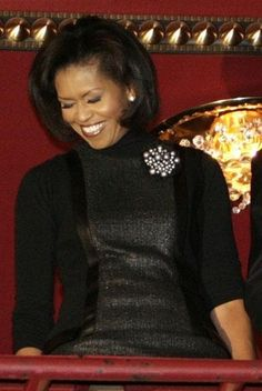 First Lady Michelle Obama wearing a brooch Michelle Obama Flotus, Barak And Michelle Obama, Michelle Obama Fashion, American First Ladies, African American Women, Native American, Black Presidents, American Presidents, American History