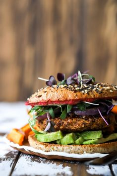 Smokey Vegan Bean Burger - January 14 2019 at - and Inspiration - Yummy Fatty Meals - Comfort Foods Recipe Ideas - And Kitchen Motivation - Delicious Steaks - Food Addiction Pictures - Decadent Lifestyle Choices Good Healthy Snacks, Healthy Chicken Recipes, Vegetarian Recipes, Healthy Eating, Burger Photography, Vegan Bean Burger, Tasty Burger, Vegan Barbecue, Pastas Recipes