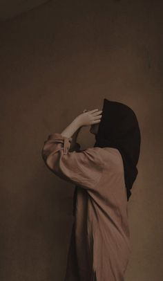Pin oleh Elfavenir Siahaan di Gambar di 2021   Potret diri, Gaya chic, Gaya hijab kasual Stylish Hijab, Casual Hijab Outfit, Ootd Hijab, Girl Hijab, Muslim Couple Photography, Girl Photography, Hijab Style Tutorial, Profile Pictures Instagram, Cartoon Girl Images