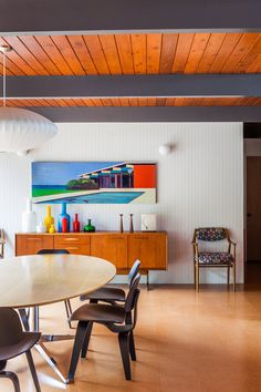Laure Joliet Photography George Nelson Saucer Lamp in a perfect dining room Modern Interior Design, Interior Architecture, Interior And Exterior, Mid Century Modern Design, Mid Century Modern Furniture, Hill Interiors, D House, George Nelson, Vintage Design