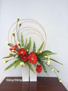 images of ikebana flower arrangement Contemporary Flower Arrangements, Tropical Floral Arrangements, Creative Flower Arrangements, Ikebana Flower Arrangement, Church Flower Arrangements, Ikebana Arrangements, Beautiful Flower Arrangements, Beautiful Flowers, Fresh Flower Arrangement