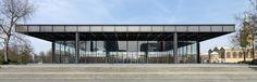 Das Foto zeigt den berühmten Stahlträger gestützten Bau von Mies van der Rohe - die Neue Nationalgalerie von Osten aus betrachtet.