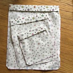 trait (celui à du haut) et marquez le pli Diy Projects To Try, Sewing Projects, Drawstring Bag Diy, Sewing Online, Men's Shirts And Tops, Couture Sewing, Handmade Bags, Blog, Mens Tops