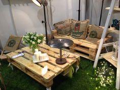 Paletowy stolik na białych nogach - MEBLE - dekoeko.com