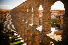 ローマ水道橋と影 (スペインの世界遺産) ローマ水道橋です。