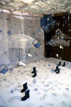 福岡県飯塚市の嘉穂劇場で県内外の気鋭のアーティスト人による現代アート展が行われています たくさんのステンドグラスをつり下げて雨降りを表現したインスタレーションや段ボールを使用して描いた肖像画など独創的な作品が並んでいます 月日まで行われているのでぜひ行ってみてくださいね tags[福岡県]