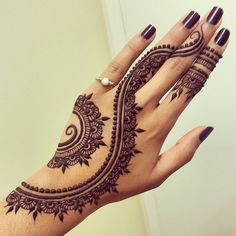 I don't want to get a tattoo, but WOW!  I'd love to see this henna design on my hand every day!