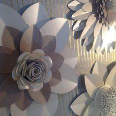 11 papel perlado y tarjeta de flores de café y crema con