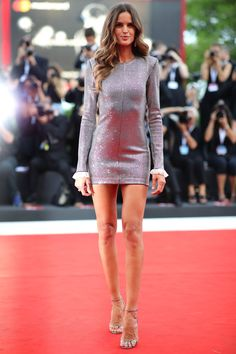 Izabel Goulart Photos - Izabel Goulart walks the red carpet ahead of the 'Roma' screening during the Venice Film Festival at Sala Grande on August 2018 in Venice, Italy. Izabel Goulart, Sexy Dresses, Nice Dresses, Tight Dresses, Short Dresses, Victoria Secret Fashion Show, Sexy Skirt, Poses, Red Carpet Looks