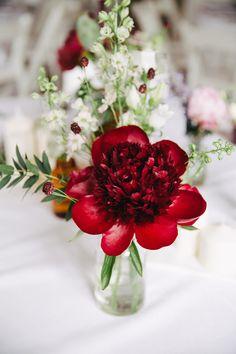DIY Hochzeit auf Schloss Herzfelde | Friedatheres.com  red flower centerpiece  Fotos: Saskia Bauermeister  Kleid: Kaviar Gauche Haare-Make Up: Juliane Grothe Anzug: Herr von Eden Florist: Blumenhaus Pilz