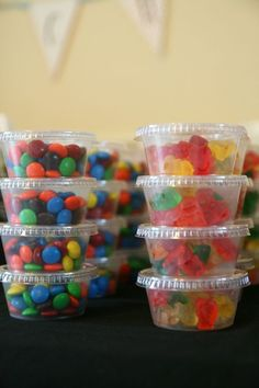 Movie Party Snacks for Kids of all ages! - plan ahead for special treats. These small containers can be packaged and labeled for bday parties, school parties etc. Drive in movie party idea Movie Party Snacks, Movie Night Party, Party Time, Slumber Party Snacks, Kids Movie Party, Pajama Party Kids, Party Treats, Sleepover Activities, Party Candy