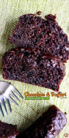 This Chocolate and Yogurt Zucchini Bread is so moist and rich that you will feel like you are eating brownies, yet a healthier version.Little olive oil, plain yogurt and lots of zucchini are the secret behind the moistness. Zucchini Brownies, Zucchini Muffins, Zucchini Cake, Healthy Brownies, Healthy Cake, 13 Desserts, Dessert Recipes, Frosting Recipes, Chocolate Yogurt
