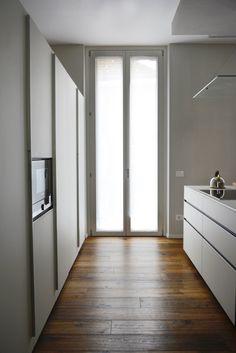 City è la #finestra in legno-alluminio che porta luce in tutti gli ambienti di #casa. Il telaio esterno completamente incassato nel muro scompare per lasciare spazio ad un'anta tuttovetro, senza rinunciare a ottimi valori di efficienza energetica. Inoltre grazie al posizionamento del vetro camera verso l'esterno è garantita una corretta circolazione dell'aria. #Navello #efficienzaenergetica Divider, Mirror, Room, Furniture, Design, Home Decor, Home, Bedroom, Decoration Home
