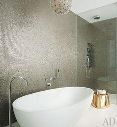 Un baño con detalles dorados