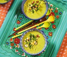 Otroligt lättlagad och god soppa med potatis och purjolök, som också plånboken blir glad av! Välj gärna en späd purjolök, då kan man ta med mer av det gröna som ger fin färg. Hasselnötshacket med citron och persilja gör soppan extra piffig.