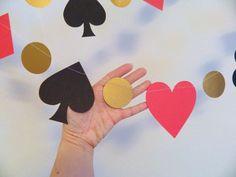 Jeter une partie de thème de Casino ? Passez une nuit de POKER régulier ? Voici une grande guirlande qui sera un ajout de préfet à ta fête!! Parfait pour une ALICE dans lévénement sur le thème WONDERLAND ! Cette guirlande de papier est de 6 pieds de long. Elle est faite de formes stock grande carte. Les piques et les clubs sont fait avec bristols noirs et les cœurs et les diamants sont faites avec un stock de carton rouge. Alors pour lui donner un petit POP jai utilisé des cercles or…