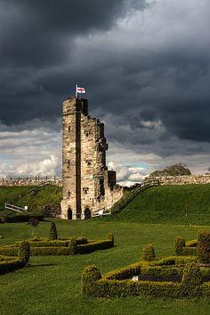 Medieval Tutbury Castle in Staffordshire, England Chateau Medieval, Medieval Castle, Castle Ruins, Castle House, Aquitaine, Lancaster, Monuments, Scottish Castles, English Castles