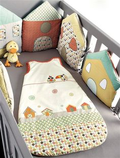 Tour de lit modulable Péli-patch bébé ANIS - what a cute idea of using houses around the crib as a bumper Sewing For Kids, Baby Sewing, Diy For Kids, Cot Bumper, Patchwork Baby, Baby Couture, Quilt Baby, Baby Pillows, Baby Bedroom