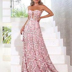 vestido longo rosa com top estilo corsage e bordado платья вечерние Dress Me Up, Fancy Dress, Strapless Dress Formal, Ball Dresses, Prom Dresses, Formal Dresses, Pretty Dresses, Beautiful Dresses, Sequin Party Dress