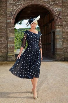 Stylish Mother Of The Bride Outfit Ideas 07 hochzeiten kleider brautmutter Mother Of Bride Outfits, Mother Of Groom Dresses, Mothers Dresses, Mother Of The Bride Dresses Vintage, Wedding Attire, Wedding Dresses, Wedding Outfits Uk, Wedding Hats, Groom Outfit