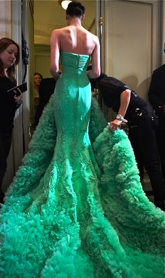 Our favorite looks from Georges Hobeika Spring/Summer 2013 couture collection. Pastel gowns are adorned with a petals in a multitude of textures yet Georges Hobeika, Green Fashion, Look Fashion, High Fashion, Beautiful Gowns, Beautiful Outfits, Green Chiffon Dress, Green Gown, Mode Glamour