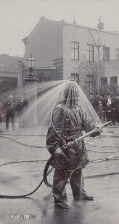 Sorgte zwischen 1900 und 1910 für mächtig Aufsehen: der König´sche Rauchhelm mit Wasserbrause. Foto: Archiv Gihl