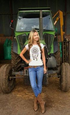 nackte mädchen auf bauernhof traktor