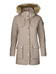 Dámska bunda na zimu od Röhnisch Avior Parkas s kapucňou a kožučinou. Nájdete ju tu: http://bit.ly/1NjAtfW.
