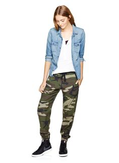TNA ALIX PANT - Camo joggers for when you need to go undercover — or just look good