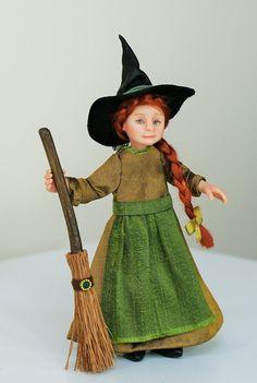 Ich möchte Ihnen das kleine Hexe Mädchen Isla vorstellen. Sie wurde von Hand in Fimo geformt und haben ihre Kleider von hand genäht worden. Sie wurde gemalt mit Genesis Heat Set Farben für Beständigkeit. Sie wird auf die Arme und Beine so können sehr sanft gestellt. Sie trägt einen Leder-Hexen-Hut.  Isla ist eine Miniatur Puppenhaus Puppe im Maßstab 1: 12 (ein Zoll) und liegt bei ungefähr 4 Zoll an die Spitze des Kopfes (höher an die Spitze der Hut).  Isla kommt komplett mit ihrem Besen…