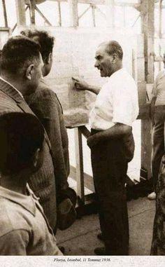 Atatürk Florya'da Mühendislerden bilgi alıyor. 11 Temmuz 1936
