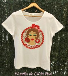 Camiseta flamenca de mujer, modelo Bulería en estampado de flores rojo #camisetasflamencas #camisetaspersonalizadas #camisetasdecoradas