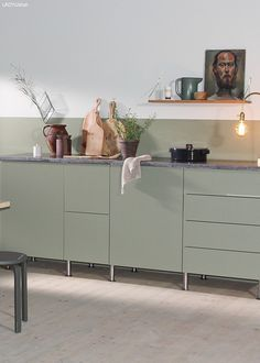 Slik lager du en todelt vegg Cabin Kitchens, Cool Kitchens, Jotun Lady, Kitchen Colors, Kitchen Ideas, Wonderwall, Kitchen Interior, Colorful Interiors, Entryway Tables