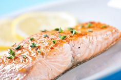 Gebackener Lachs schmeckt mit diesem Rezept einfach wunderbar. Gesund, lecker und die Zubereitung ist supereinfach. Gleich ausprobieren!