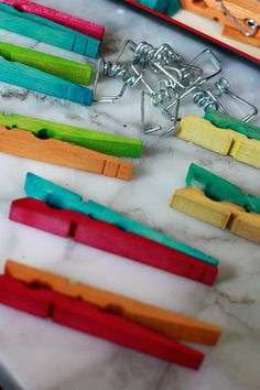 Two-Tone Tie-Dye Clothespins – Do it YourSelf Interior Design Dye Clothespins, Wooden Clothespins, Diy Wreath, Burlap Wreath, Meme Design, Tie Dye Kit, Present Wrapping, Chip Bags, Pin Art