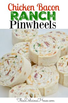 Chicken Bacon Ranch Pinwheel roll ups are the BEST make ahead appetizer recipe ever! Don't miss this tortilla roll ups with all of your favorite flavors. #pinwheels #ranchpinwheels