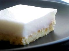 Haupia Squares - Hawaiian coconut pudding dessert on top a buttery crust – The Larissa Monologues Hawaiian Desserts, Asian Desserts, Köstliche Desserts, Delicious Desserts, Yummy Food, Hawaiian Recipes, Hawaiian Cakes, Hawaiian Dishes, Coconut Desserts
