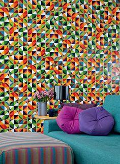 A inspiração vem dos painéis que coloriram os prédios modernistas criados nas décadas de 1950 a 1970 pelo artista plástico carioca Athos Bulcão. A seguir, quatro projetos que usam azulejos com desenhos incríveis nas paredes