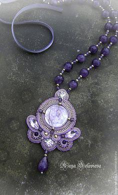 handmade jewellery designs with beads Soutache Pendant, Soutache Necklace, Necklace Set, Bridal Jewelry, Beaded Jewelry, Handmade Jewelry Designs, Handmade Jewellery, Jewellery Designs, Diy Bead Embroidery