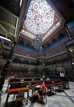 Sala reale portoghese di lettura, Rio de Janeiro, Brasile. http://www.sulromanzo.it/blog/le-piu-belle-librerie-e-biblioteche-del-mondo-60
