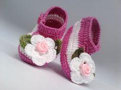 A182 Sapatinho de croche rosa menina